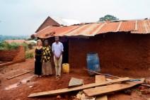 Mithilfe ihrer Arbeit durch den Mikrokredit von diesem Haus...