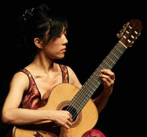 Chinese classical guitarist Xuefei Yang performing the Concierto de Aranjuez by Joaquín Rodrigo on June 7, 2008. (Photo provided by www.alterna2.com)