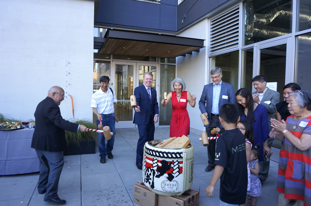 Moments after the sake barrel breaking ceremony. (Photo by George Liu/NWAW)