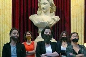 Feministas francesas protestam de forma bem humorada