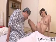 介護士をしてる三十路熟年女が絶倫変態爺にお小遣いをもらってストリップを披露!笑顔でおまんこを弄ってるjyukujo無料
