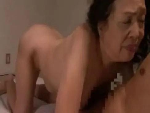 70代になっても性欲が衰えない老婆が久しぶりの男根を咥えおめこや陰核でイカせてる70歳の夫婦生活 動画