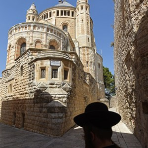 AN ULTRA-ORTHODOX JEW WALKS PAST THE DORMITION ABBEY ON MT. ZION IN JERUSALEM JULY 27. CHRISTIAN LEADERS WANT ISRAEL TO STEP UP PROTECTION OF CHRISTIAN SITES./ PHOTO: CNS PHOTO/DEBBIE HILL