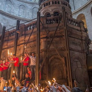 HOLY FIRE IS SPREAD DURING THE CEREMONY OF THE HOLY FIRE IN JERUSALEM'S CHURCH OF THE HOLY SEPULCHRE IN THIS APRIL 19, 2014, FILE PHOTO. / PHOTO: CNS PHOTO/OLIVER WEIKEN, EPA