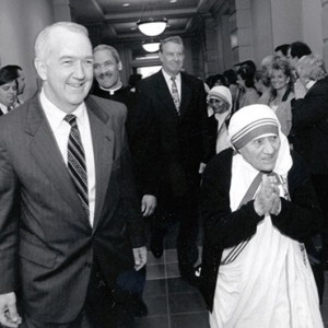 """IN THIS 1996 BLACK-AND-WHITE FILE PHOTO, MOTHER TERESA VISITS CATHOLIC RELIEF SERVICES HEADQUARTERS IN BALTIMORE, MD, ACCOMPANIED BY KEN HACKETT, U.S. AMBASSADOR TO THE HOLY SEE AND FORMER PRESIDENT OF CRS. POPE FRANCIS CALLS BLESSED TERESA """"A SYMBOL, AN ICON FOR OUR AGE."""" CNS PHOTO/COURTESY CATHOLIC RELIEF SERVICE"""