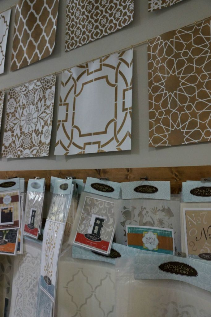 Take furniture from shabby to chic at peinture studios for Peinture shabby chic
