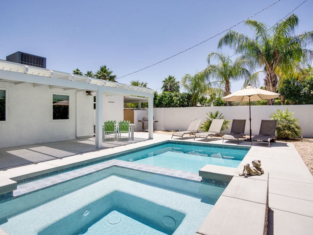 Jacuzzi In The Pool 2br 2ba Pool Jacuzzi In Palm Springs Covered Patio With Mountain Views Palm Springs