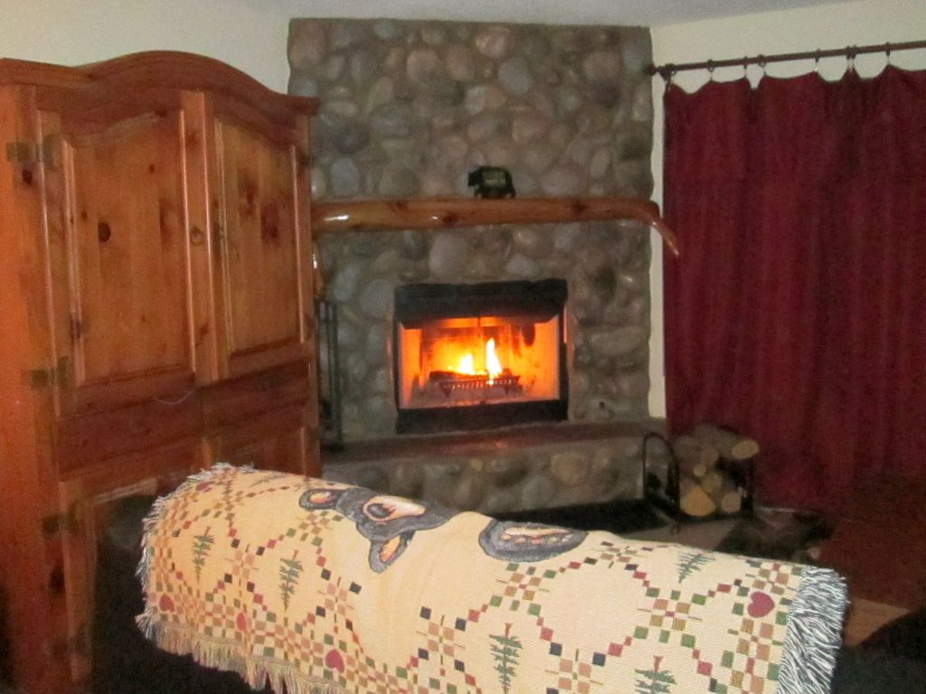 3 Bed 2 Bath River Rock Fireplace Outdoor Spa Fenced