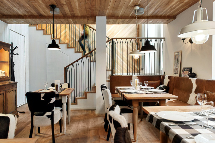Meuble En Pin Brut A Restaurant In The Chic Rustic Decor | Interior Design