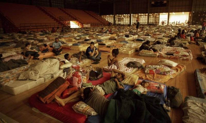 Vítimas da tragédia estão provisoriamente em um ginásio da cidade de Mariana, a Arena Mariana. Daniel Marenco / O Globo