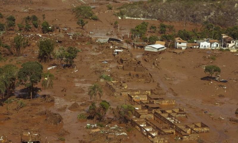 Vista parcial do distrito de Bento Rodrigues atingido pela enxurrada de lama provocada pelo rompimento das barragens de Fundão e Santarém, em Mariana Daniel Marenco / Agência O Globo
