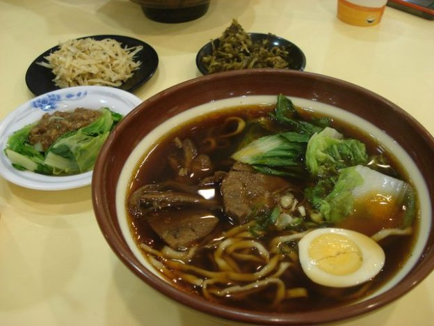 taiwan food beef noodle soup