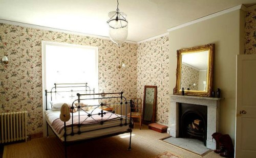 bedroom with wallpaper2 500x310 {today I love...}