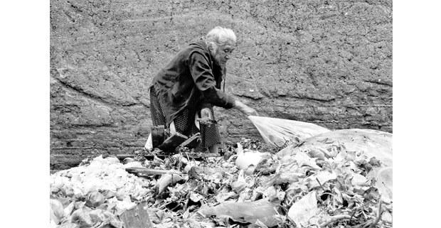 Anciana recoge alimentos del basurero en el mercado de la Merced. Foto: Mario Olarte