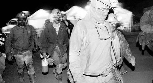 """""""Grupo México es una empresa depredadora que debe desaparecer. Está probado históricamente que no va a cambiar. Los mineros siguen muriendo por las mismas razones desde 1908. Y los desastres ecológicos son los mismos"""". En la imagen, trabajadores de la mina Santa María. Foto Marco Peláez"""