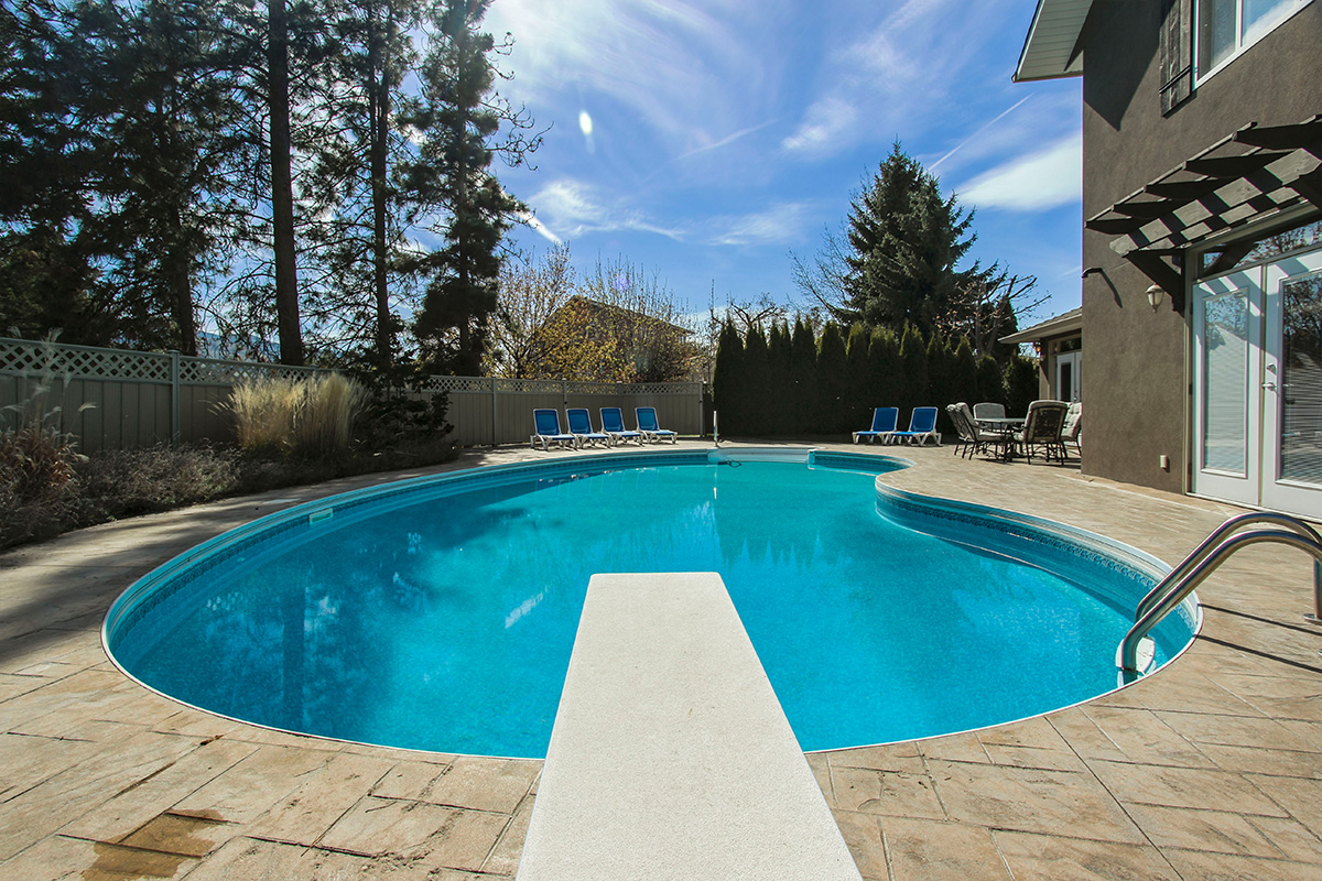 Jacuzzi Pool And Spa Kelowna Okanagan Breeze 5 Bdrm W Pool Ht Kelowna Cvh