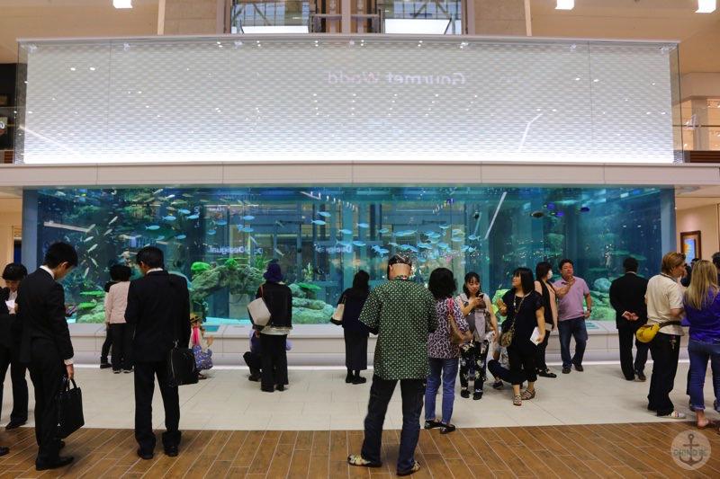 イオンモール沖縄ライカム1階の巨大水槽