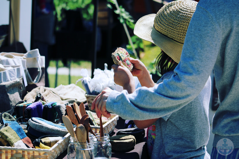 OKINAWA FOOD FLEAで買い物をする人