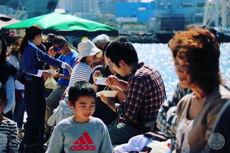 OKINAWA FOOD FLEAの海沿いで食事を楽しむ人