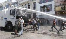 Απίστευτο: Επιτίθενται με χατζάρα σε διαδηλωτές στην Πλατεία Ταξίμ (video)