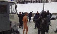 Κίεβο: Αστυνομικοί αφήνουν γυμνό στο χιόνι διαδηλωτή και τον φωτογραφίζουν (video)