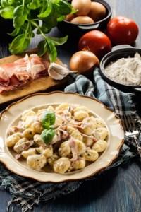Gnocchi mit einer feinen Käse-Knoblauch und Schinken Sauce