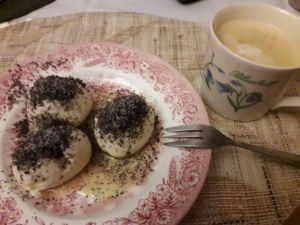Topfenknödel mit Mohn und Kaffee