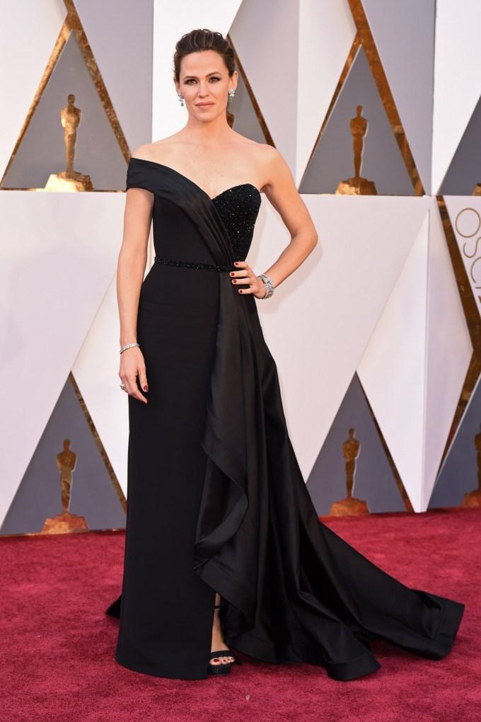 Jennifer-Garner-Oscars-2016-Red-Carpet-Vogue-28Feb16-Rex_b