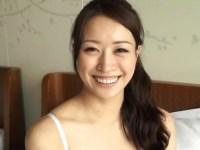 愛嬌たっぷりの笑顔と妖艶な表情のギャップがエロい色白美乳ギャルがオナニーを披露してくれるオな二ー動画
