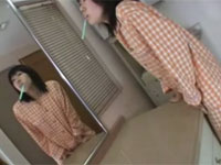 洗面所で朝一の角オナニーに没頭するパジャマ姿の女の子