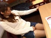 欲求不満の女子学生が部屋の勉強机で私服のまま角オナニー