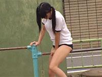 公園の鉄棒にまたがってブルマの上から股間を擦りつけて気持よくなる女性徒