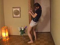隣の部屋から聞こえるHの声に発情して柱で擦り付けオナニーをする美人
