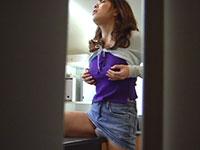 オフィスで乳首をコリコリコリコリしながら角オナニーをし出す女性バイトを盗撮