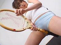 浜崎りおちゃんの挑発的でエッロいテニスラケット擦り付けオナニー