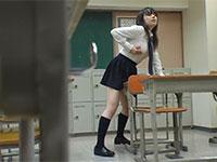 教室で好きな男子の机にアソコを擦り付けて角オナニーしてる巨乳同級生を偶然盗撮!