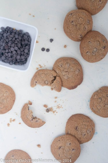 Make these #ChocolateChip #Cookies that are worth stealing. Be ready to catch your kids with their hand in the cookie jar. #GlutenFreeBaking #DessertRecipe