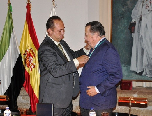 Alcalde de Alcántara, Luis Mario Muñoz, impone la medalla al Infante de España D. Carlos de Borbón