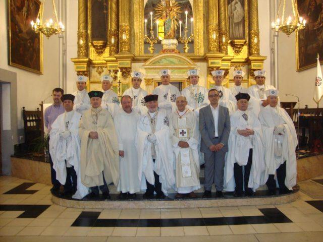 El Capítulo y asistentes con el retablo mayor al fondo, presidido por la Mare de Déu del Castell de Montesa.