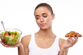 食事を選ぶ女性