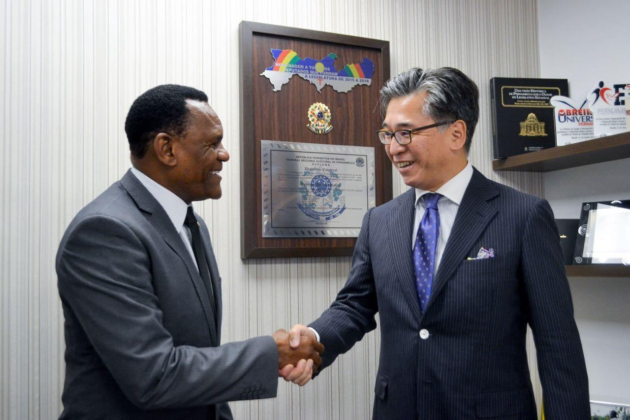 Deputado Ossesio recebe visita do cônsul do Japão para tratar de parcerias em PE