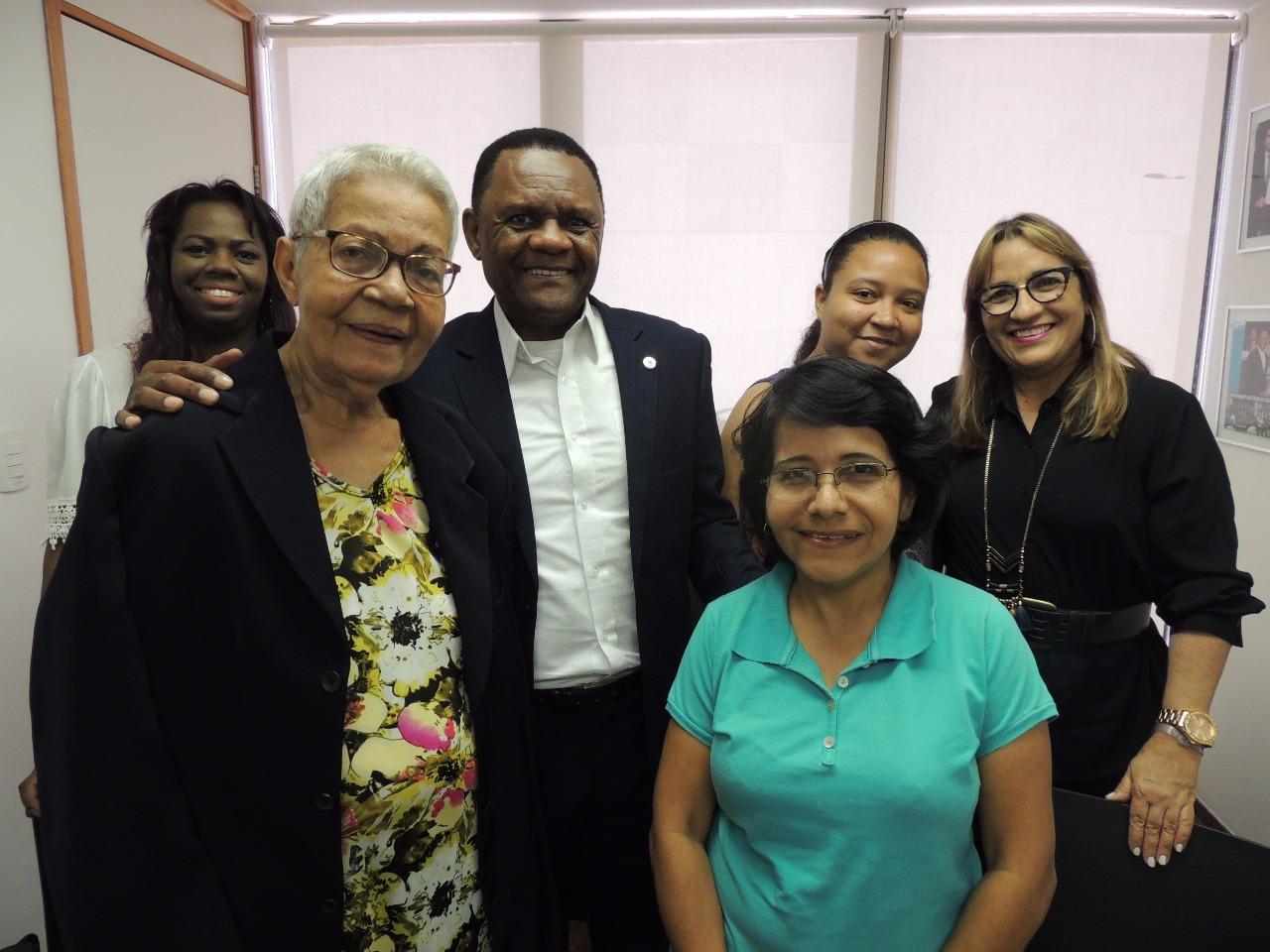 Deputado Ossesio Silva recebe família de Sony Santos e presta homenagem