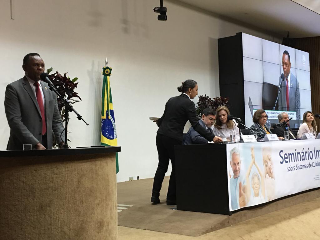 Em seminário, Ossesio Silva discute cuidados para pessoa idosa