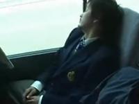 バスで居眠りしていた男子学生を集団レイプ