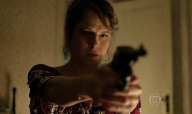 Carolina deve se suicidar com a arma do pai no último capítulo. (Foto: Reprodução/TV Globo)