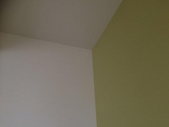 2面が黄緑色の壁