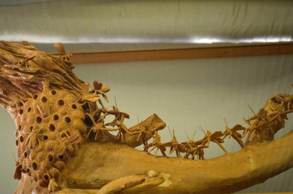 木彫りのミツバチたち