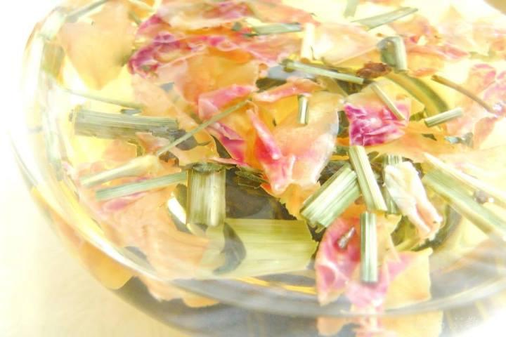 【ハーブティーの作り方】初心者はまず3種類から、花や葉は多めに