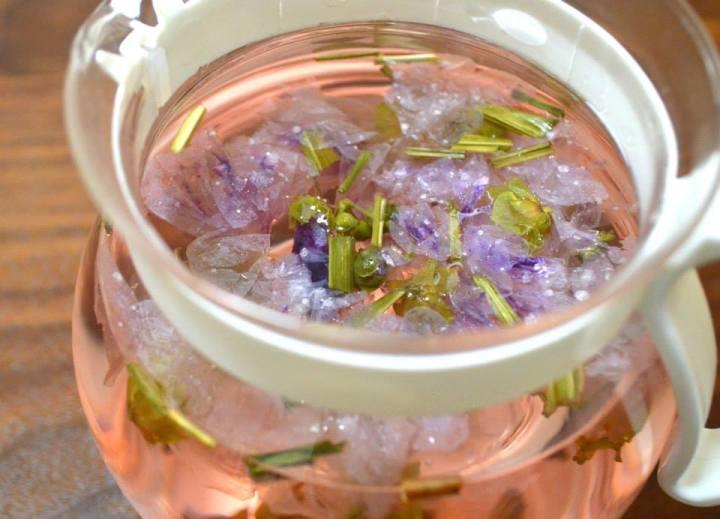 ピンク色のハーブティー「マロウ茶」は、最初はスカイブルー、それがぱっと桜色に