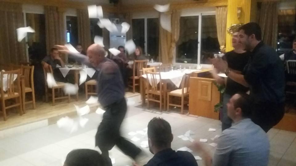 Βουρ στο ψητό – και για χορό – στην οικογενειακή ταβέρνα «Ζήνος» στην Κοζάνη